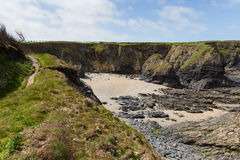 Baie de Newtrain de crique de Sandy les Cornouailles du nord près de Padstow et de Newquay et sur le chemin du sud de côte ouest Photographie stock libre de droits
