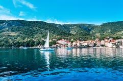 Baie de petite ville avec des yachts de voile Photographie stock
