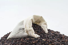 Baie de riz dans une poche en bois Photo stock