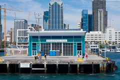 Baie de San Diego montrant le dock du pilier de Broadway Image libre de droits