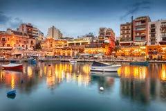Baie de Spinola avec des bioats devant les restaurants touristiques célèbres Photo libre de droits