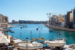 Baie de St Julians avec des bateaux à voile, Malte Images stock