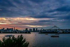 Baie de Tokyo et pont en arc-en-ciel dans Odaiba au crépuscule Images libres de droits