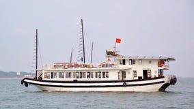 Baie de touristes de Halong de croisières de bateau d'ordure une journée de printemps agréable, Vietn Images stock