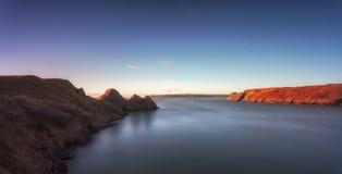 Baie de trois falaises et le grand massif de roche Photo stock