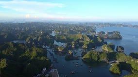 Baie imagée de calme de vue avec Rocky Islands et le ciel de coucher du soleil banque de vidéos