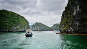 Baie long d'ha avec un bateau photo stock