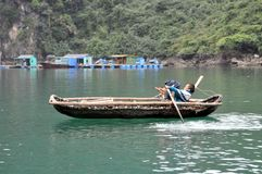 Baie long d'ha - jeune aviron de pêcheur avec des bras et des jambes photographie stock