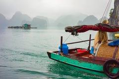 Baie long Vietnam d'ha de bateau de pêche au coucher du soleil images stock