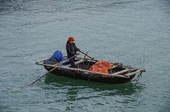 Baie longue des ha, Vietnam, le 3 janvier 2015 : Whoman sur le bateau de pêche i Photographie stock libre de droits