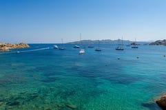 Baie méditerranéenne avec l'ancrage de l'eau de turquoise et de bateau à voile Photographie stock
