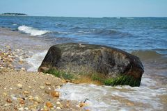 Baie New York de Shoreline Boulder Gardiners Images stock