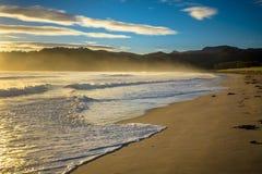 Baie Nouvelle-Zélande de Waikawau de ressacs images stock