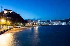 Baie orientale Nouvelle-Zélande la nuit avec des lumières de ville Photos libres de droits