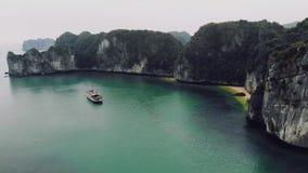 Baie paisible de Halong Vue sup?rieure de baie Vietnam de Halong beau paysage marin avec les roches et la mer Nature exotique d'a clips vidéos