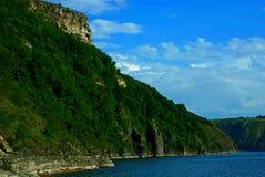 Baie parmi les montagnes photographie stock libre de droits