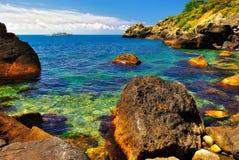 Baie pittoresque avec un bateau sur l'horizon Photos stock