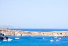 Baie près de la ville en Grèce Image stock