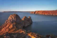 Baie rocailleuse de trois falaises et le grand massif de roche Images stock
