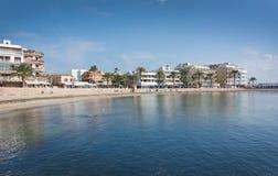 Baie tranquille et hôtels d'hiver Images stock