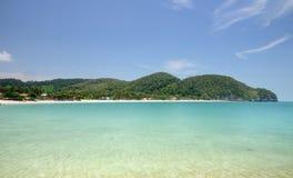 Baie tropicale de mer de turquoise, plage sablonneuse de paradis, palmiers, stations touristiques, Haad Kwang Pao Beach dans le p photo stock