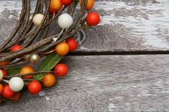 Baies colorées sur un fond en bois photographie stock libre de droits