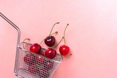 Baies de cerise dans un mini panier en acier photographie stock