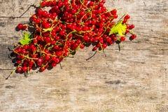 Baies de groseille rouge sur le fond en bois rustique Image libre de droits