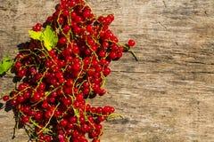 Baies de groseille rouge sur le fond en bois rustique Image stock