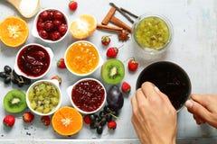 Baies et confitures assorties de fruit Mise en boîte faite maison Images libres de droits