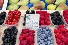 Baies et fruit au marché des fermiers Images libres de droits