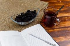 Baies et thé juteux pour le repas léger photo libre de droits