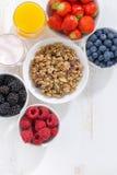 Baies, granola, jus et yaourt frais image stock