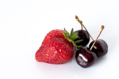 Baies mûres de fraise et de cerise Image stock