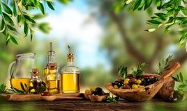 Baies récemment récoltées d'olives en cuvettes en bois et pétrole pressé i Photos libres de droits