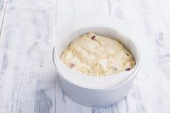 Baies rouges dans une pâte pour un tarte fait maison Dans une cuvette en acier Fond et espace libre en bois blancs pour le texte Photographie stock libre de droits