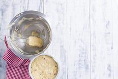 Baies rouges dans une pâte pour un tarte fait maison Dans une cuvette en acier Fond et espace libre en bois blancs pour le textn Image stock