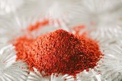 Baies rouges moulues de Sumac dans la pile Image stock