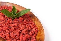 Baies sèches rouges de goji dans un plat Photo stock