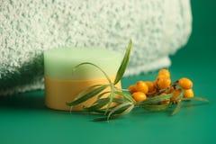 baies, une crème et un essuie-main. image stock