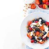 Baies, yaourt et granola frais pour le petit déjeuner photographie stock