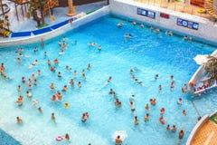 Baigner des visiteurs au parc aquatique images libres de droits