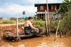 Baigner la femme, Myanmar Photographie stock