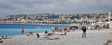 Baigneurs de Sun sur le rivage français image stock