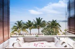 Baignoire avec la mousse et fleur avec la vue de mer à phuket, Thaïlande images libres de droits