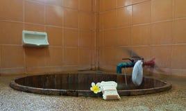Baignoire dans la chambre de station thermale. Images stock