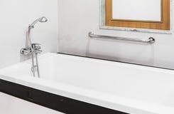 Baignoire de pommeau de douche et de robinet Photographie stock libre de droits