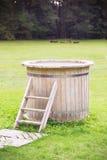 Baignoire en bois avec des escaliers photographie stock libre de droits