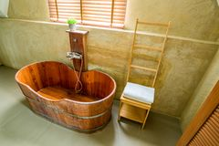 Baignoire en bois dans la salle de bains Photo stock