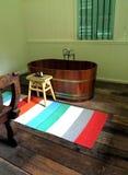 Baignoire en bois de style antique, hôtel de boutique images stock
